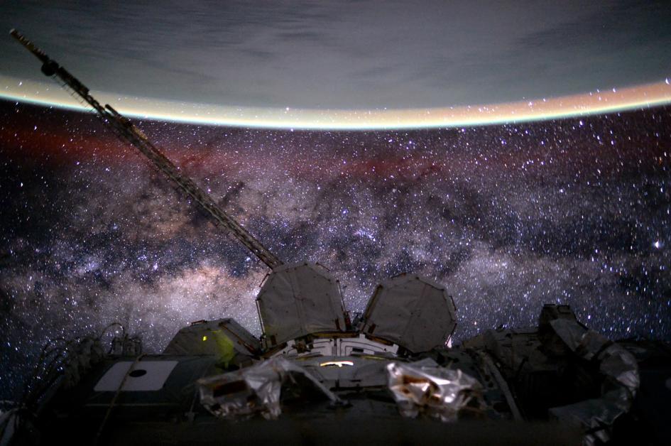 """In una sola inquadratura, la Terra, la Stazione Spaziale Internazionale e la Via Lattea, che Scott ha descritto così: """"Sei vecchia,  gassosa, polverosa e sformata. Ma bella"""". Crediti: Scott Kelly/NASA"""