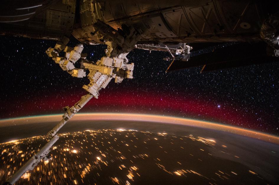 Sorvolando il Sud Africa durante la notte. Il bagliore rosso è prodotto dalle collisioni fra gli atomi d'ossigeno e le particelle ad alta energia provenienti dallo spazio. Crediti: Scott Kelly/NASA
