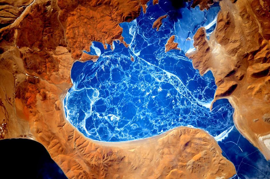"""Lago del Demonio. Questo il significato di """"Rakshas Tal"""", nome in sanscrito di La'nga Co, un lago d'acqua salata nel Tibet occidentale, appena a nord del confine fra India e Cina. Crediti: Scott Kelly/NASA"""