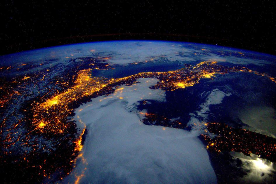La riconoscete? Stupenda, no? Ottenuta però a caro prezzo, almeno per l'ambiente: l'80 percento dell'energia utilizzata nel nostro Paese, come non manca di notare il National Geographic nella sua galleria, proviene infatti da combustibili fossili. Crediti: Scott Kelly/NASA