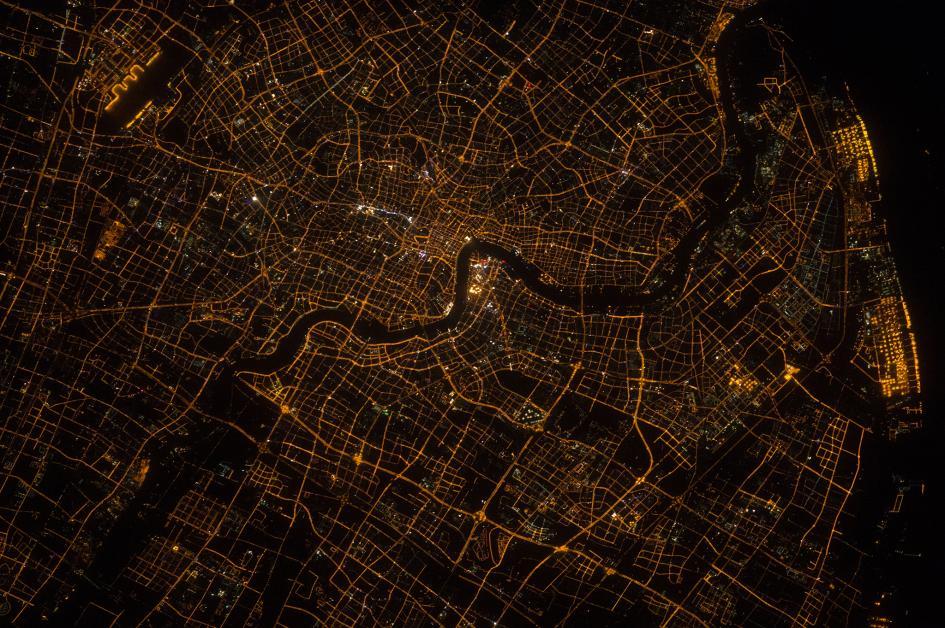 Cina, Shanghai, veduta notturna. La forma scura e sinuosa che si snoda al centro della foto è il fiume Huangpu. Crediti: Scott Kelly/NASA
