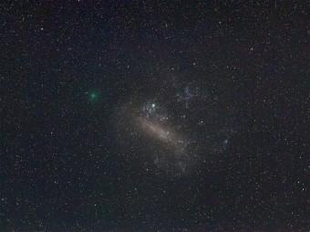 La Cometa 252P/LINEAR è stata vista nei giorni scorsi, accanto alla Grande Nube di Magellano. Sta rapidamente diventando più brillante, con una colorazione verdastra. Crediti: Dylan O'Donnel.