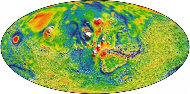 La mappa della gravità di Marte evidenzia la regione vulcanica Tharsis e dintorni, dove il colore bianco rappresenta regioni a maggiore gravità rispetto a zone blu di gravità inferiore alla media. Crediti: MIT/UMBC-CRESST/GSFC