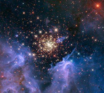 Un ammasso di stelle massicce osservate con il telescopio spaziale Hubble. L'ammasso è circondato da nubi di gas e polvere interstellare che formano una nebulosa. La nebulosa si trova 20.000 anni luce di distanza da noi in direzione della costellazione Carena, e contiene l'ammasso di stelle chiamato NGC 3603. Uno studio recente dimostra che i raggi cosmici galattici che rileviamo nel nostro sistema solare provengono da regioni come questa. Crediti: NASA/U. Virginia/INAF, Bologna, Italy/USRA/Ames/STScI/AURA