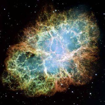 Questa immagine è un mosaico, uno dei più grandi mai realizzati dal telescopio spaziale Hubble, che ritrae la Nebulosa del Granchio, uno dei più famosi resti di supernova. Lo studio pubblicato nell'ultimo numero della rivista Science dimostra che i raggi cosmici galattici provengono da regioni come questa. Credits: NASA/ESA/Arizona State University