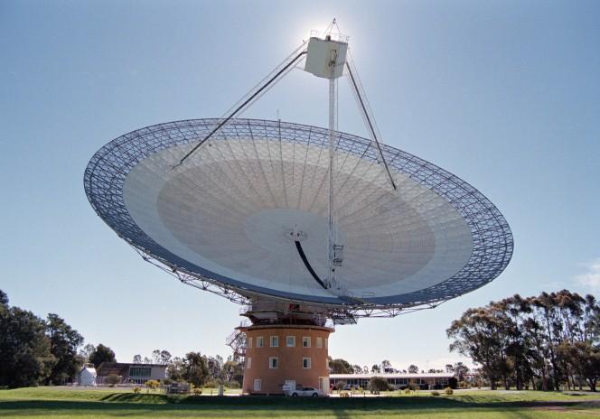 Il telescopio Parkes di CSIRO nel Nuovo Galles del Sud, in Australia. Crediti: John Sarkissian