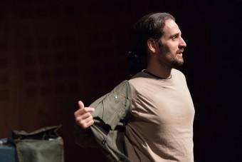 """L'attore Filippo Tognazzo durante un altro momento dello spettacolo """"Starlight settemillimetridiuniverso"""". Crediti: Davide Buso"""