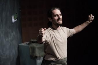 Filippo Tognazzo, autore e protagonista dello spettacolo Starlight settemillimetridiuniverso. Crediti: Davide Buso