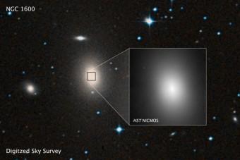 Un'immagine d'archivio della galassia NGC 1600 e, nell'inserto, un ingrandimento ottenuto dal telescopio spaziale Hubble. Crediti: ESA/Hubble image courtesy of STScI