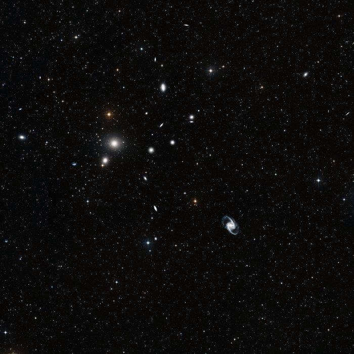 Questa immagine a grande campo in luce visibile è stata ottenuta a partire da fotografie, prese con filtri rossi e blu, della DSS2 (Digitized Sky Survey 2). Il campo di vista è circa di tre gradi di lato. Crediti: ESO and Digitized Sky Survey 2. Acknowledgment: Davide De Martin