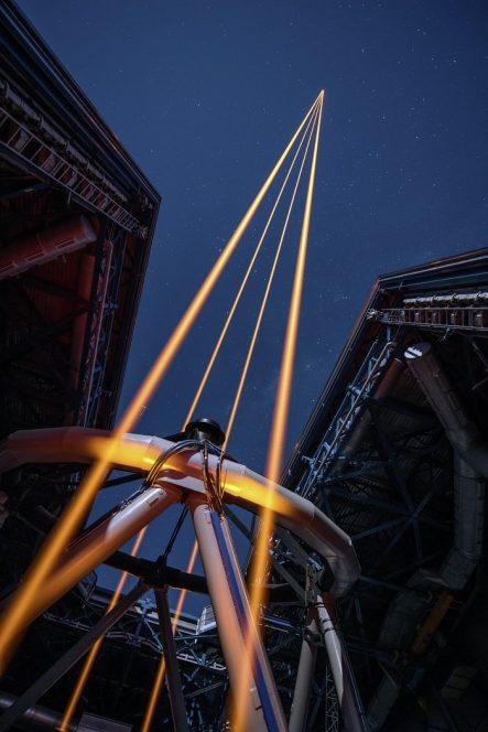 L'immagine mostra i quattro fasci che emergono dal nuovo sistema laser sull'UT 4 del VLT.  Crediti: ESO/G. Hüdepohl