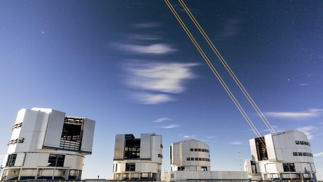 L'immagine mostra i quattro fasci che emergono dal nuovo sistema laser sull'UT 4 del VLT.  Crediti: ESO/S. Lowery