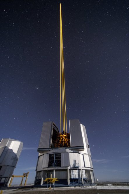 L'immagine mostra i quattro fasci che emergono dal nuovo sistema laser sull'UT 4 del VLT.  Crediti: ESO/F. Kamphues