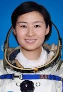 Liu Yang è un'astronauta cinese. Il 16 giugno 2012 è diventata la prima donna cinese ad andare nello spazio. Cosa la accomuna alle altre donne che sono state nello spazio, oltre a un mestiere inusuale? Anche lei ha dovuto scegliere come comportarsi e se indurre o meno l'interruzione del ciclo mestruale per la sua missione.
