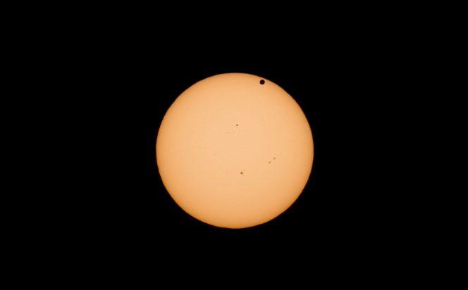 Il transito di Venere del giugno 2012, ripreso con un una reflex entry level, tele-zoom economico, filtri ND a cascata. La foto è scattata a 250mm di focale e molto ritagliata. Mercurio, ahinoi, apparirà notevolmente più piccolo. Crediti: Matteo Dunchi.