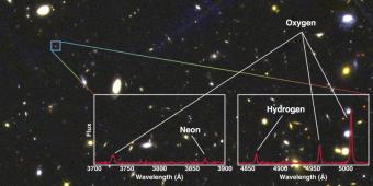 Nel riquadro in blu è indicata una delle galassie studiate. Scomponendo la sua luce gli astronomi sono riusciti a ricavare informazioni sul tasso di formazione stellare e sull'abbondanza dei metalli (ovvero gli elementi più pesanti dell'idrogeno dell'elio) in essa contenuti. Crediti: 3D-HST / NASA / ESA / STScI