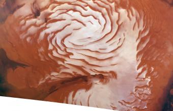 Combinando i dati provenienti dal radar del Mars Reconnaissance Orbiter e le immagini del polo nord di Marte, un team di ricercatori del Southwest Research Institute ha trovato prove di una glaciazione dil pianeta rosso. Questa immagine è un mosaico realizzato con la High Resolution Stereo Camera (HRSC) a bordo del veicolo spaziale Mars Express (MEX) dell'ESA. Crediti: ESA/DLR/FU-Berlin/Ralf Jaumann