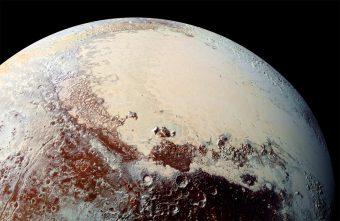 Una delle immagini mozzafiato raccolte a luglio scorso dalla sonda New Horizons della NASA durante il suo incontro ravvicinato con Plutone. Grazie ai dati ottenuti in quello storico flyby oggi siamo in grado di conoscere meglio questo lontanissimo pianeta nano, che ha mostrato di essere in grado di sorprenderci sotto molti punti di vista, non ultima la sua interazione con il vento solare. Crediti: NASA/Johns Hopkins University Applied Physics Laboratory/Southwest Research Institute