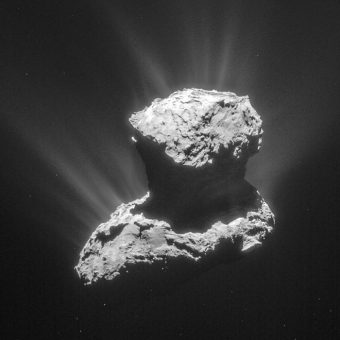 Questa fotografia è stata scattata dalla camera di navigazione di Rosetta il 25 marzo 2015, a una distanza di 86.6 km dal nucleo della cometa 67P. In questi giorni lo strumento ROSINA ha effettuato una rilevazione di glicina nella chioma della cometa. Crediti: ESA/Rosetta/NavCam