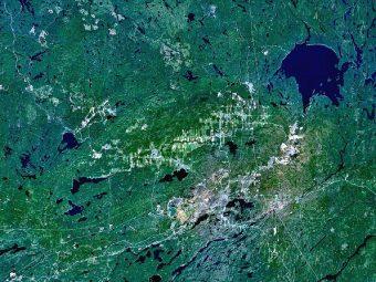 Il cratere di Sudbury o bacino di Sudbury, più noto col suo nome inglese di Sudbury Basin, è uno dei più grandi crateri di origine meteoritica finora scoperti sulla Terra e anche uno dei più antichi. Il bacino di Sudbury è lungo 62 km, largo 30 km e arriva fino ad una profondità di 15 km: si è formato circa 1,85 miliardi di anni fa, durante il Paleoproterozoico, a causa dell'impatto di un asteroide di circa 10 km di diametro. Crediti: NASA