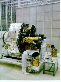 Il satellite BeppoSax e i suoi strumenti durante la fase di integrazione. Crediti: BeppoSAX team