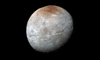 La sonda New Horizons della NASA ha catturato questa immagine ad alta risoluzione di Caronte, la luna di Plutone, dove sono ben visibili le crepe sulla sua superficie ghiacciata. Crediti: NASA