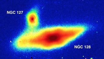 Il rigonfiamento a forma di nocciolina al centro della galassia NGC 128. Crediti: Sloan Digital Sky Survey / Aladin Sky Atlas / A.Graham, B.Ciambur, Swinburne University of Technology.