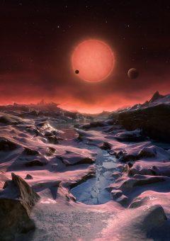 Un immaginario panorama dalla superficie di uno dei tre pianeti in orbita intorno a una stella nana ultra-fredda a soli 40 anni luce dalla Terra, scoperti dal telescopio TRAPPIST all'Osservatorio dell'ESO a La Silla. In questa veduta uno dei pianeti interni sta transitando di fronte al disco della sua stella madre, minuscola e poco luminosa. Crediti: ESO/M. Kornmesser