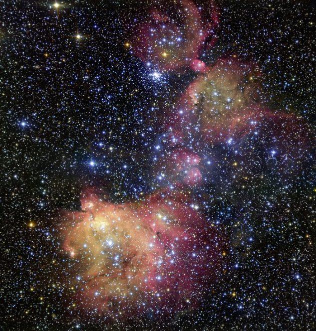 In questa immagine presa con il VLT (Very Large Telescope) dell'ESO, la luce di sfolgoranti stelle blu infonde energia al gas lasciato dalla recente formazione stellare. Il risultato è una nebulosa a emissione coloratissima, nota come LHA 120-N55, in cui le stelle si adornano di un mantello di gas risplendente. Gli astronomi studiano queste magnifiche esibizioni per capire le condizioni dei luoghi in cui le stelle si sviluppano. Crediti: ESO