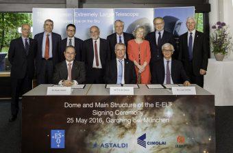 I partecipanti alla firma dello storico accordo. Crediti: ESO