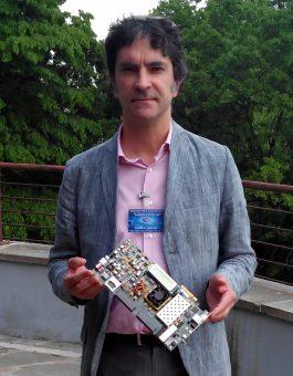 Daniele Gardiol, durante il workshop, mostra una scheda che sfrutta i dispositivi FPGA
