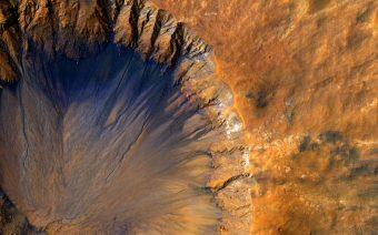 Tracce di acqua salata sono state rilevate su Marte, ad esempio in questo cratere da impatto, che mostra striature scure lungo il suo bordo interno. Crediti: NASA/JPL-Caltech/Univ. of Arizona