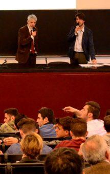 Piero Bianucci e Andrea Vico sul palco del Molecular Biotechnology Center dell'Università di Torino, che ha ospitato la finale del Premio GiovedìScienza.