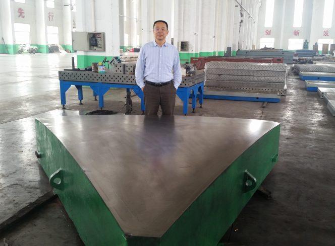 Wang Feng (CETC54) durante un'ispezione del primo dei 66 moduli necessari per SKA-P