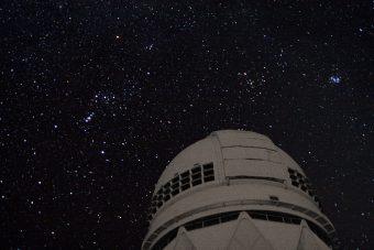 La costellazione di Orione, vista accanto al telescopio Mayall di 4 a Kitt Peak, presso cui sono state realizzate alcune delle osservazioni che hanno condotto alla scoperta. Crediti: J. Glaspey/NOAO/AURA/NSF