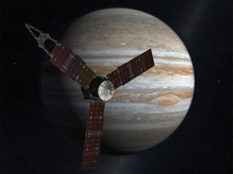 La sonda Juno, alimentata dai grandi pannelli solari che potete vedere in questa rappresentazione artistica, raggiungerà il prossimo 4 luglio il suo obiettivo: Giove. Crediti: NASA