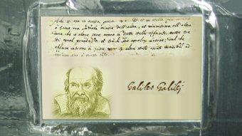 La placca dedicata a Galileo Galilei, fornita dall'Agenzia Spaziale Italiana che si trova a bordo di Juno. E' una copia in alluminio dell'originale manoscritto in cui Galileo descrisse per la prima volta le 4 lune di Giove, note infatti anche come lune galileiane. Crediti: ASI/NASA.