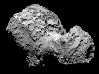 Un'immagine raccolta dallo strumento OSIRIS a bordo della sonda Rosetta che mette in mostra la forma a due lobi della cometa 67P. Secondo uno studio recente, la forma a due lobi della cometa potrebbe essere più comune di quanto pensiamo. Crediti: ESA/Rosetta/MPS per il team OSIRIS MPS/UPD/LAM/IAA/SSO/INTA/UPM/DASP/IDA