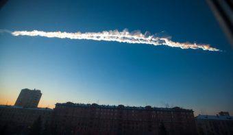 Le due scie di fumo lasciate dal meteorite che ha attraversato i cieli della città russa di Chelyabinsk il 15 febbraio del 2013. Crediti: AP Photo/Chelyabinsk.ru