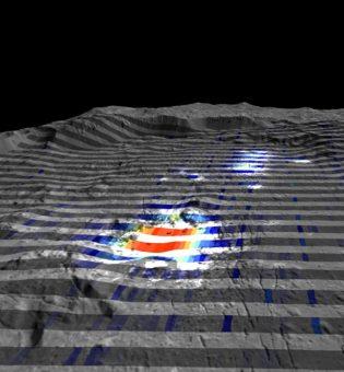 Vista prospettica del cratere Occator su Cerere con sovrapposti i dati acquisiti dallo spettrometro VIR. In rosso le zone con maggiore abbondanza di carbonati, in grigio quelle con minori concentrazioni. Crediti: INAF/ASI/NASA/DLR/MPS. Immagini realizzate da A.Frigeri-IAPS-INAF