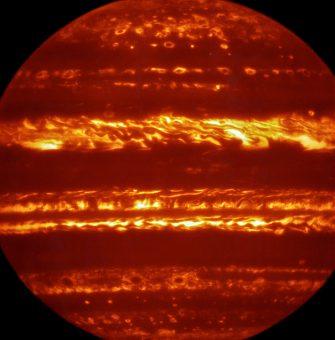 Questa immagine a falsi colori è stata prodotta selezionando e combinando le migliori tra le moltissime esposizioni brevi di VISIR ottenute a una lunghezza d'onda di 5 micron. Crediti: ESO/L. Fletcher