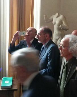 """La premiazione di Gabriele Ghisellini, nel corso della cerimonia di assegnazione del Premio """"Prof Luigi Tartufari"""" di questa mattina."""