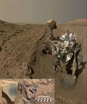 Il rover della NASA CUriosity al lavoro per analizzare la composizione chimica delle rocce del cratere Gale, su Marte. Crediti: MSSS/JPL/NASA