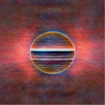 Una nuova vista di Giove nelle frequenze radio, a tre lunghezze d'onda: 2 cm in blu, 3 cm in oro e 6 cm in rosso. I ricercatori hanno creato questa immagine accumulando 10 ore di dati, il tempo di rotazione del pianeta. Il bagliore rosa proviene dalla radiazione emanata dagli elettroni intrappolati nel campo magnetico gioviano. Crediti: Imke de Pater, Michael H. Wong (UC Berkeley), Robert J. Sault (Univ. Melbourne)