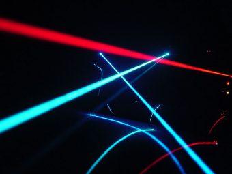 Giochi di luce con laser. Crediti: Jeff Keyzer