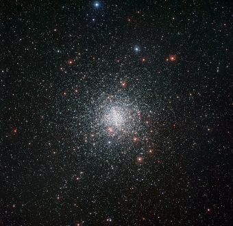 Una spettacolare immagine dell'ammasso globulare Messier 4 preso al telescopio MPG da 2.2 metri di diametro presso l'Osservatorio di La Silla dell'ESO. Crediti: ESO