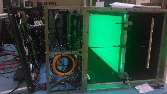 Nell'immagine, il campione a bordo dell'esperimento Saffire-I illuminata da LED verdi. Il condotto di flusso è aperto perché sono in corso le fasi di test. Crediti: NASA