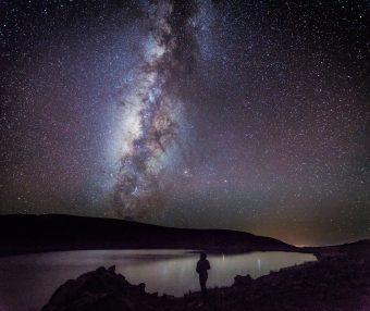 La Via Lattea che sorge dietro al monte Mauna Kea. Crediti: Brett A. McGuire e P. Brandon Carroll