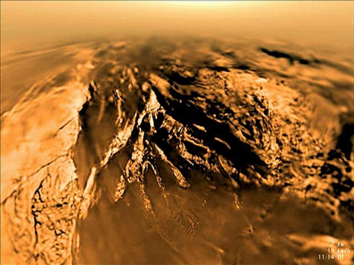 Così appare la superficie di Titano ripresa dalla sonda dell'ESA Huygens il 14 gennaio 2005. Di recente, gli scienziati della Cornell hanno provato, esaminando dati sulla chimica della luna di Saturno, che possono esistere condizioni prebiotiche. Crediti_ ESA/NASA/JPL-Caltech/Univ. of Arizona