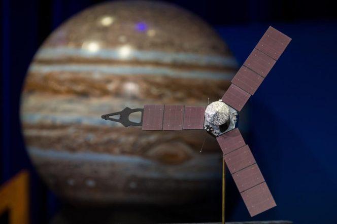 Il modellino della sonda Juno della NASA. Crediti: NASA/Aubrey Gemignani